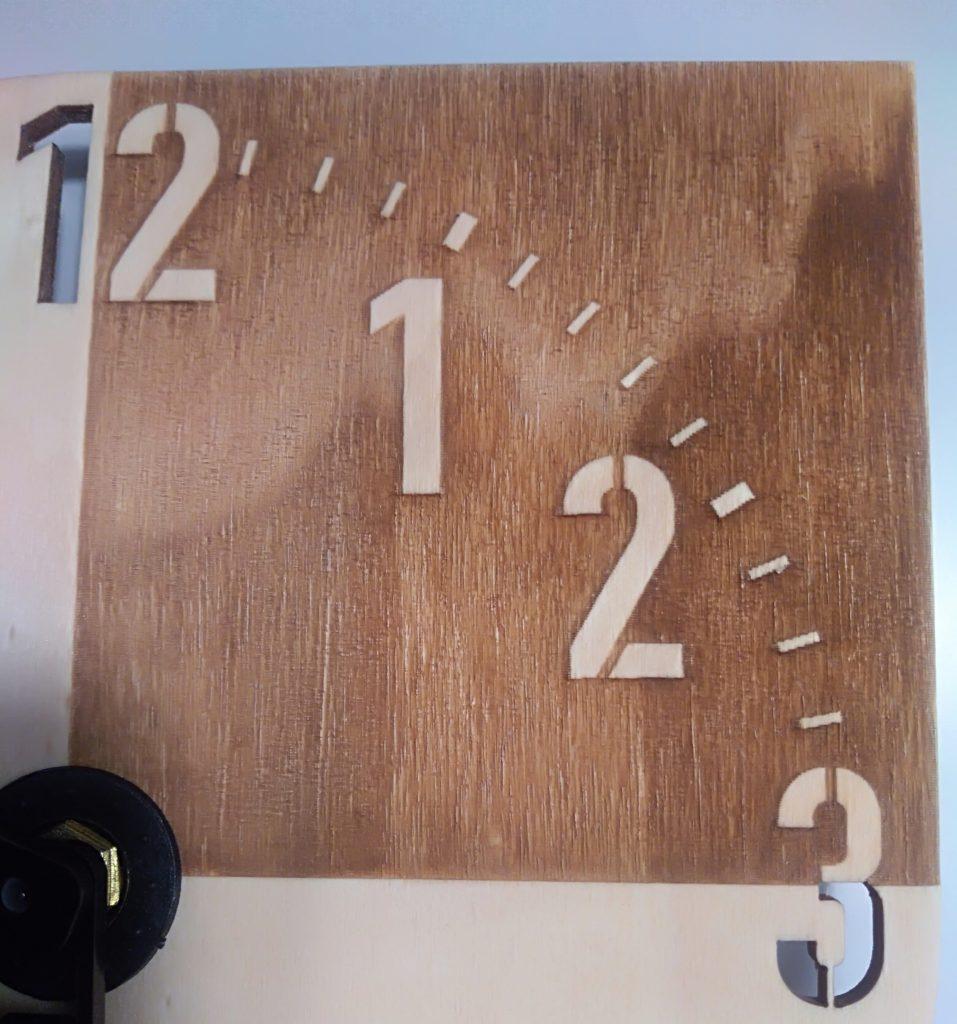 orologio in legno realizzato con il taglio laser